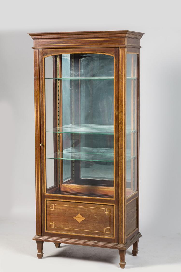 vitrine en bois de placage et inscrustations de filet clair. Black Bedroom Furniture Sets. Home Design Ideas
