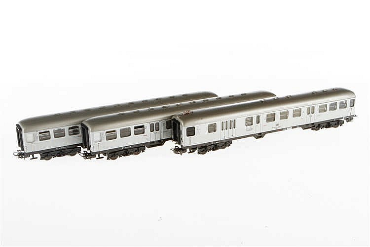 3 Märklin Schnellzugwagen 4081 und 2 x 4082