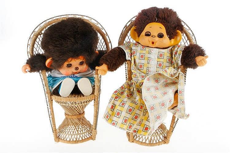 2 Monchichi auf Korbstühlen