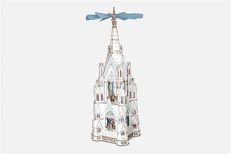 Übergroße Weihnachtspyramide
