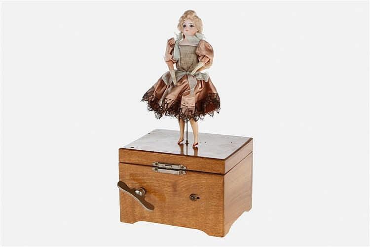 Holzspieldose mit Musikwerk und Tanzpuppe
