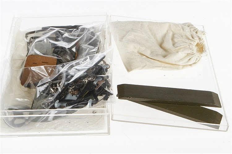 Konv. mit versch. Kleinteilen für Militärspielzeug