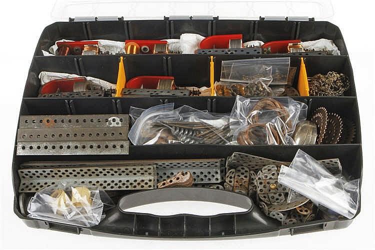 Konv. mit versch. Ersatzteilen für Metallbaukästen