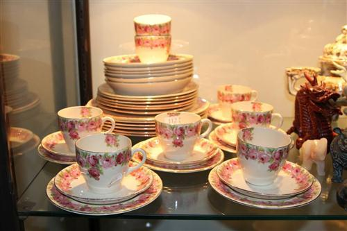 Royal Doulton 'Raby Rose' Dinner Setting