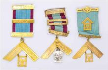 THREE 9CT GOLD MASONIC BREAST JEWELLS BY MUIR & BLASHKI; one with 2 bars, one with 3 bars, other with 3 rolled gold bars, each suspe...
