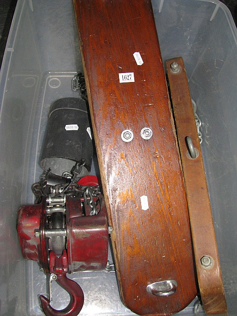 Chain Block and tackle suspension unit with timber suspension bars
