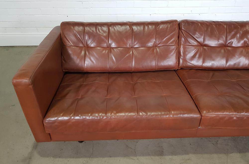 Modern leather 2.5 seater lounge (h:66 x w:204 x d:90cm)