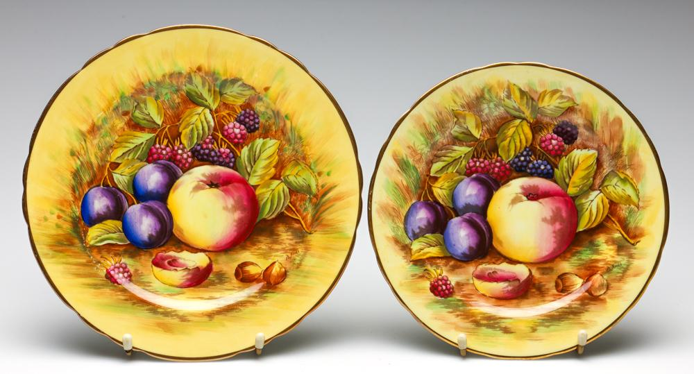 A Graduating Pair of Aynsley Fruit Plates (Dia:21cm and 23.5cm)