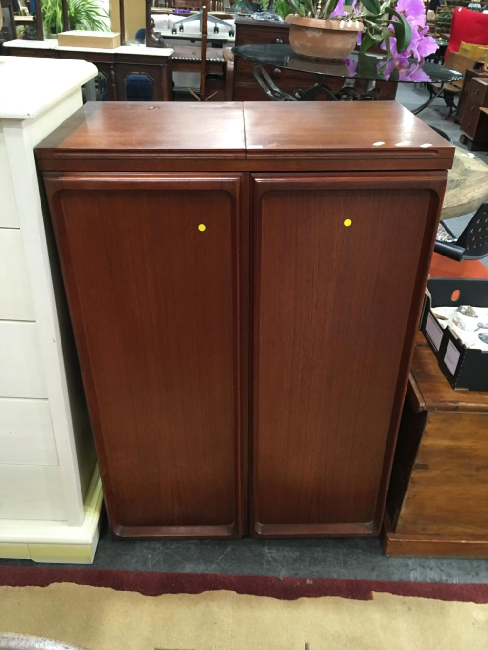 Lot 1181: Parker Bar Unit with Fitted Drawers