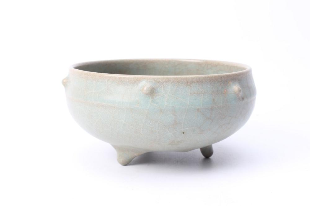 Celadon Crackle Glaze Bowl On Tri Feet Dia: 14cm