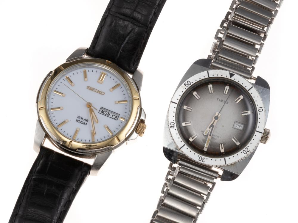 TWO GENT'S WRISTWATCHES; a Seiko Solar 100m ref. V158-0AD0 in stainless steel with white dial, applied markers, center seconds, day...