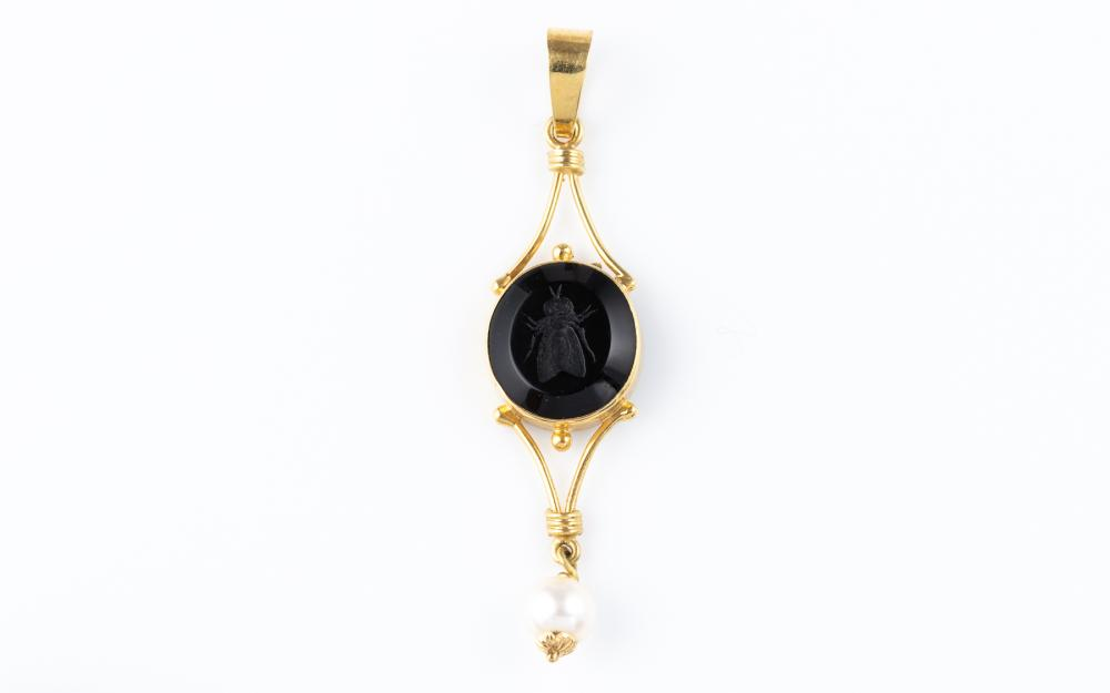 AN 18CT GOLD TAGLIAMONTE STONE SET PENDANT; 57mm long drop set with a black paste intaglio of a bee suspending a cultured freshwater..
