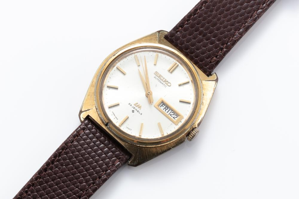 A VINTAGE SEIKO LORD MATIC AUTOMATIC WRISTWATCH; ref. 5606-7000 in gold plated case, stainless steel back, sunburst dial, applied ma...