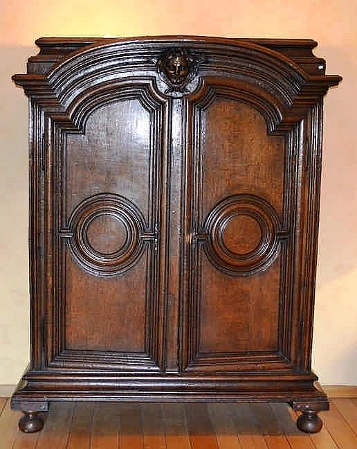 armoire deux portes en ch ne surmont e d 39 un masque france. Black Bedroom Furniture Sets. Home Design Ideas