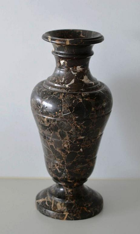 un vase en marbre de waulsort. Black Bedroom Furniture Sets. Home Design Ideas