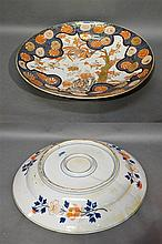 Japon. Grand plat en porcelaine décor Imari. Une é