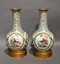 Paire de vases en porcelaine, monture bronze. Décor d'oiseaux. H : 27 cm