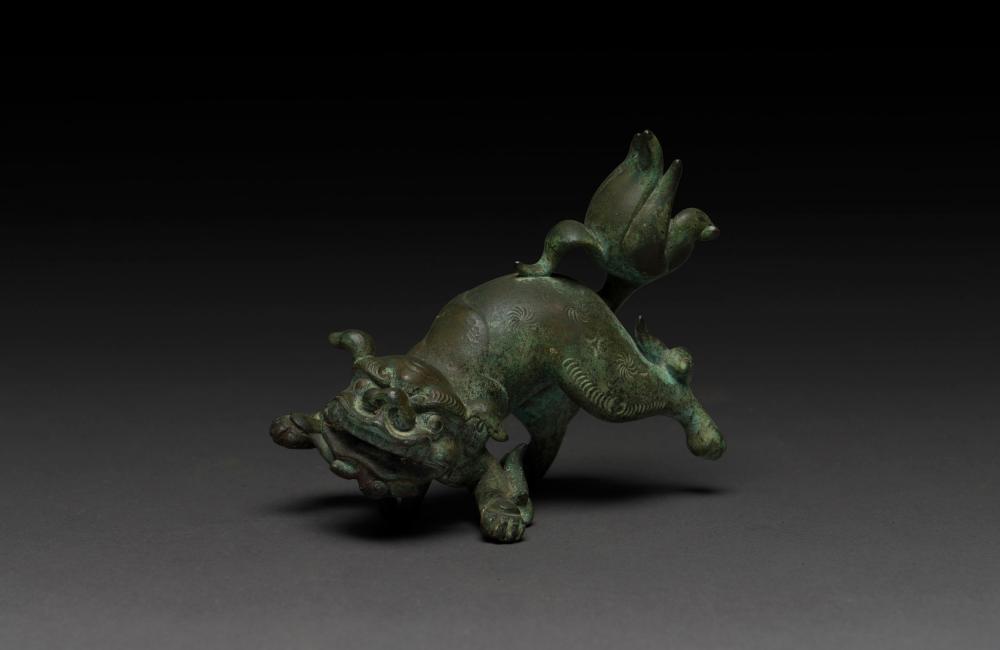 Chinese bronze Foo dog handle, 18th/19th century, 11cm long