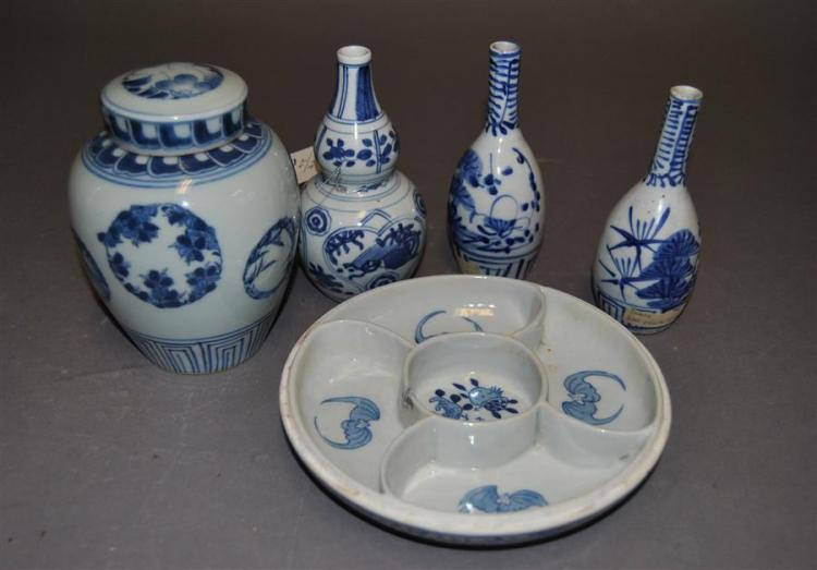 Four assorted blue and white pieces of Imari including three bottles