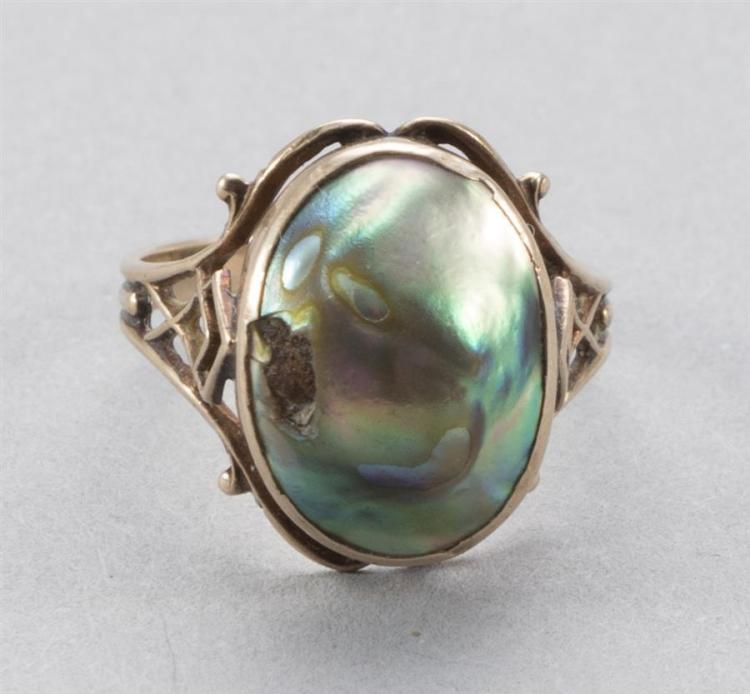 Vintage ladies ring with a bezel set grey mabe baroque pearl