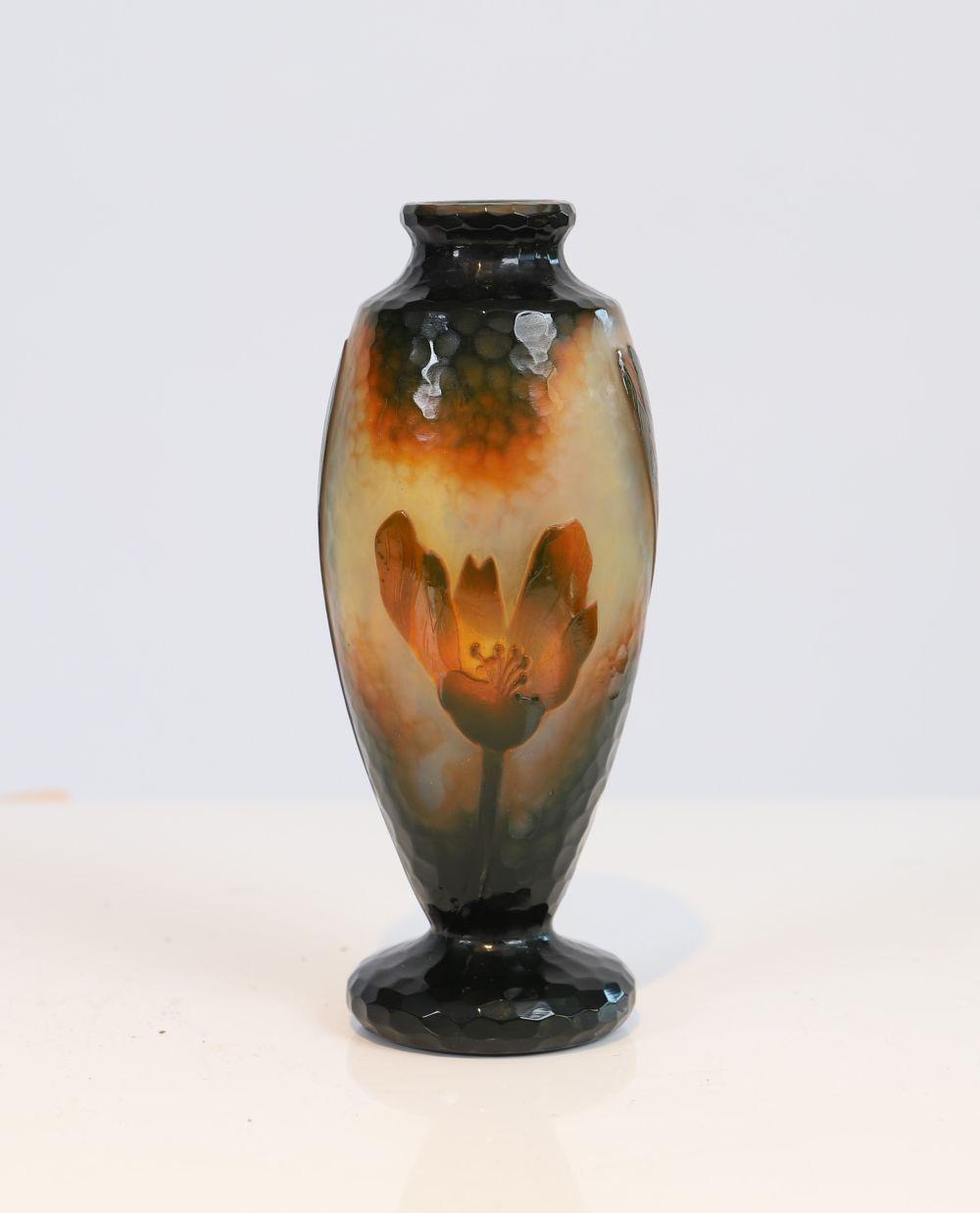 """Vase Daum En verre martelé de forme ovoîde à décor de fleurs. Marqué """"Daum Nancy"""" sous la base. Epoq"""