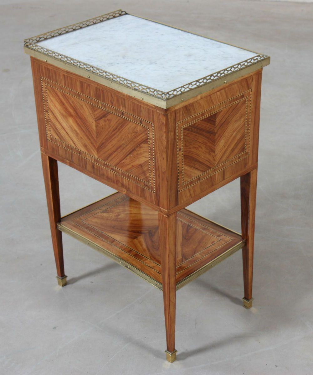 Table de salon Louis XVI En marqueterie de bois précieux encadrée