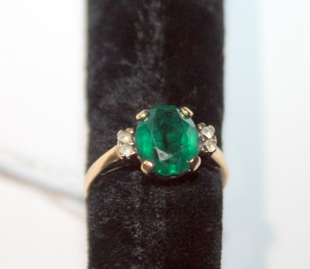 JEWELRY - GREEN CENTER STONE RING WITH DIAMOND CHIPS. MARKED 10K