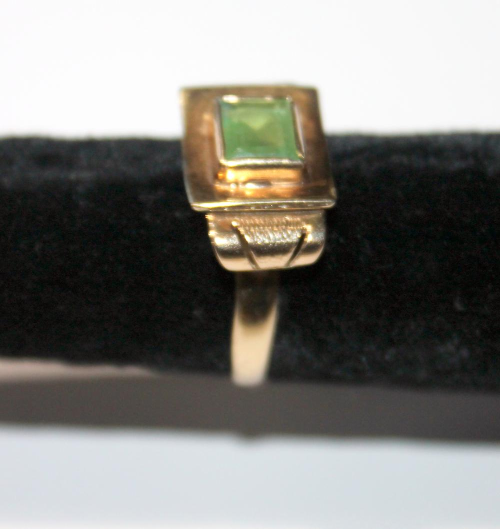 JEWELRY - RING WITHGREEN STONE -- UNMARKED