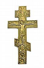 Croix  orthodoxe en bronze doré à décor ciselé d'u