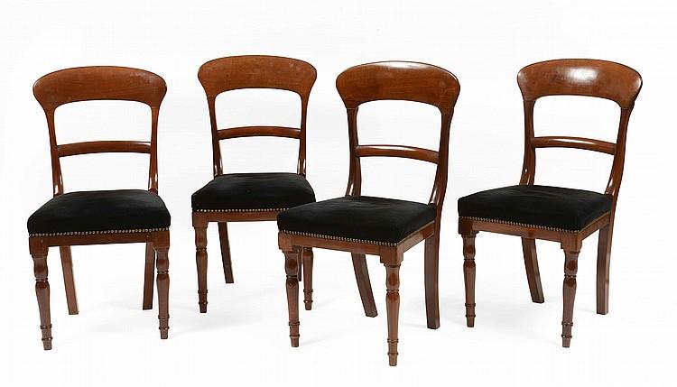 Suite de quatre chaises en acajou pieds post rieurs sabre e for Quatre pieds quatre chaises