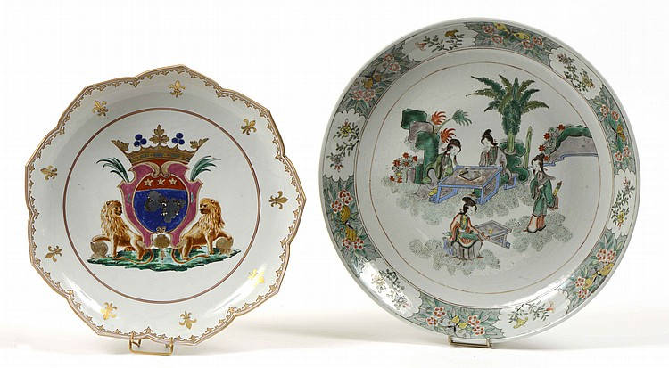 Plat rond en porcelaine de chine d cor polychrome des mau for Esprit de famille decoration