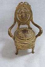 Coffret à bijoux en forme de chaise Louis XV en régule doré. Fin du XIXe si