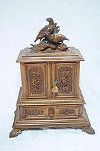 Boite à bijoux en bois sculpté en forme de buffet miniature . 33 CM