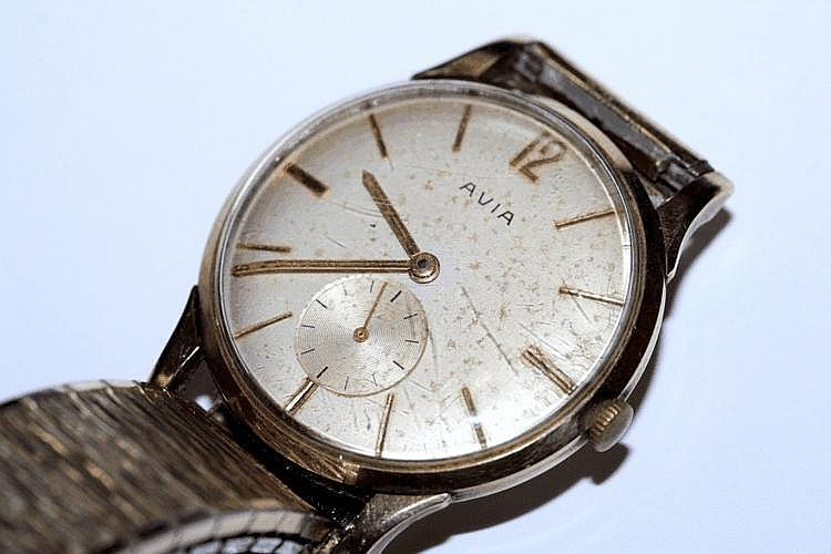 A GENTLEMANS AVIA 9CT GOLD WRISTWATCH with a