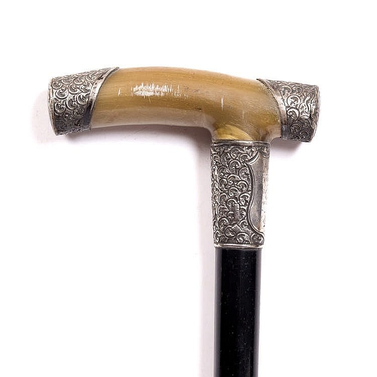 AN EARLY 20TH CENTURY PRESENTATION CANE with silver mounted horn handle and