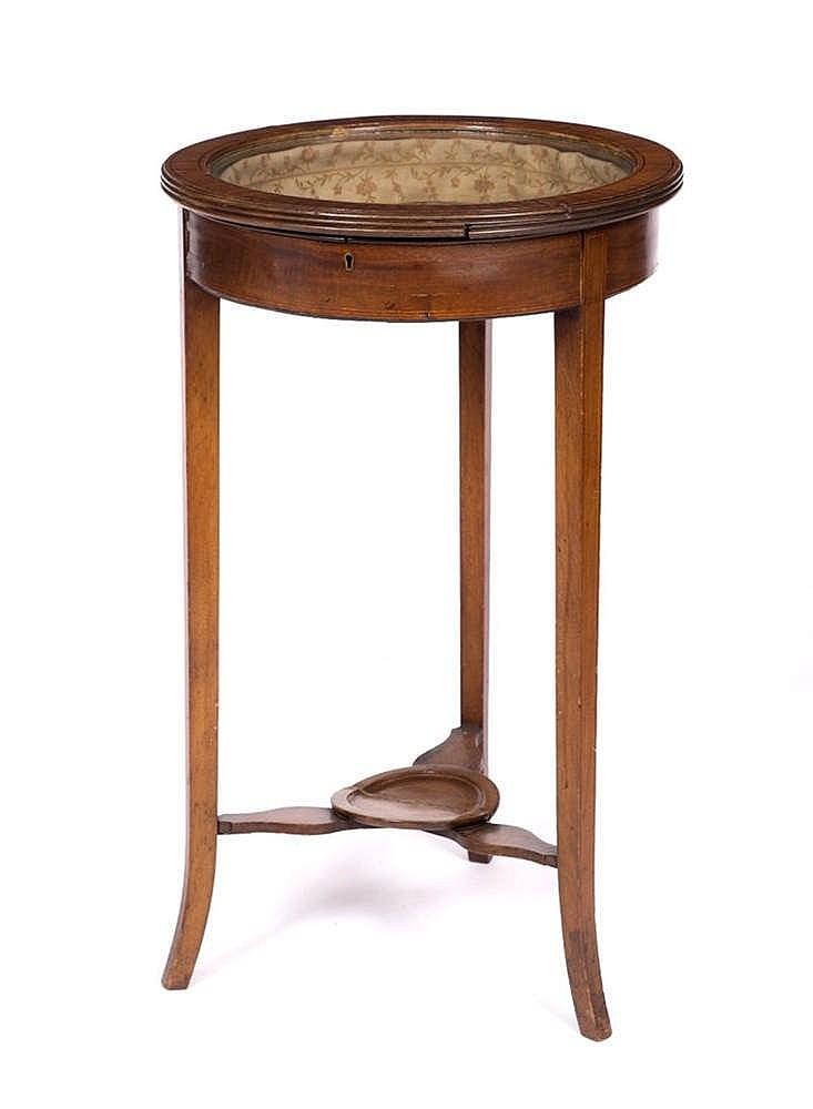 AN EDWARDIAN SATINWOOD CIRCULAR SMALL DISPLAY TABLE, on splay legs united b