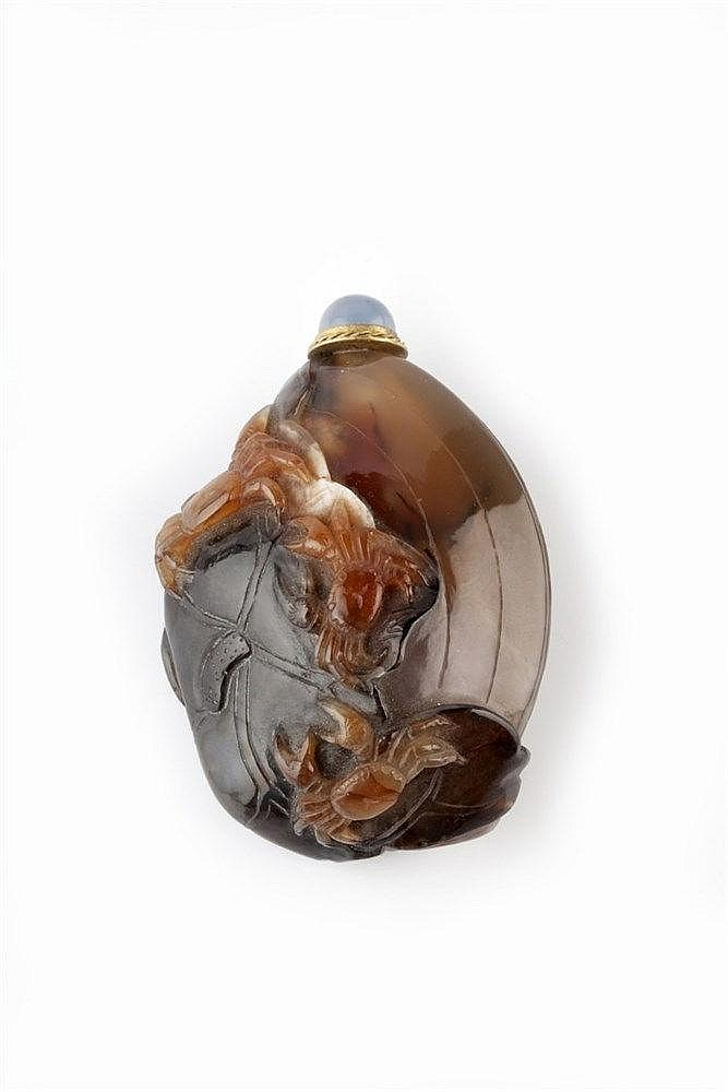 A Chinese brown, black and white agate clam shell shaped snuff bottle 1820-