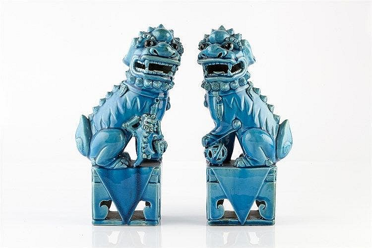 A pair of Chinese porcelain models of dogs of fo early 20th Century