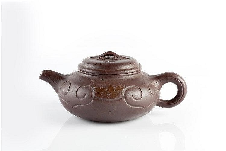 An Yixing teapot 19th/20th Century with incised ruyi design, Xuande se