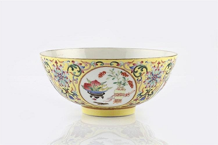 A Chinese medallion bowl Daoguang (1820-1850) decorated in famill