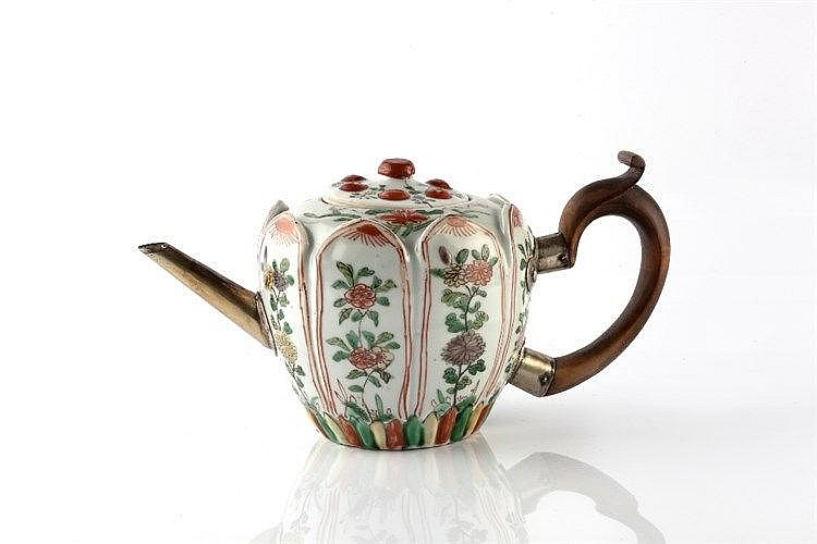 A Chinese famille verte teapot Kangxi (1662-1722) with raised pan