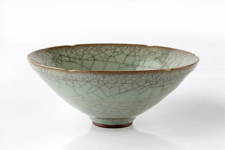 A Chinese green celadon Guan style tea bowl with crackle glaze imitati