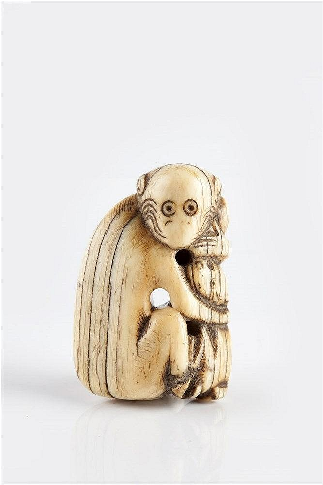 A Japanese ivory Netsuke Edo Period (1603-1868) carved depicting