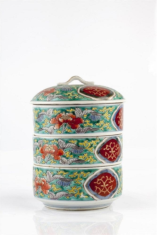 A Japanese Arita picnic box 19th Century of three compartments and lid