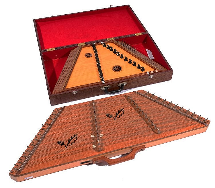A 20TH CENTURY 'OAKWOOD' DULCIMER with printed label to interior, 105cm lon