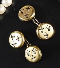 Paire de boutons de manchette en or 18 K ajouré de fleurs de lys. PB : 8.1
