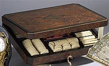 Boite de jetons en bois de placage et incrustations de différents bois et f