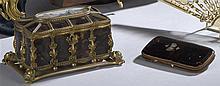 Boîte rectangulaire couverte sur socle en métal et plaques d'écailles (acci