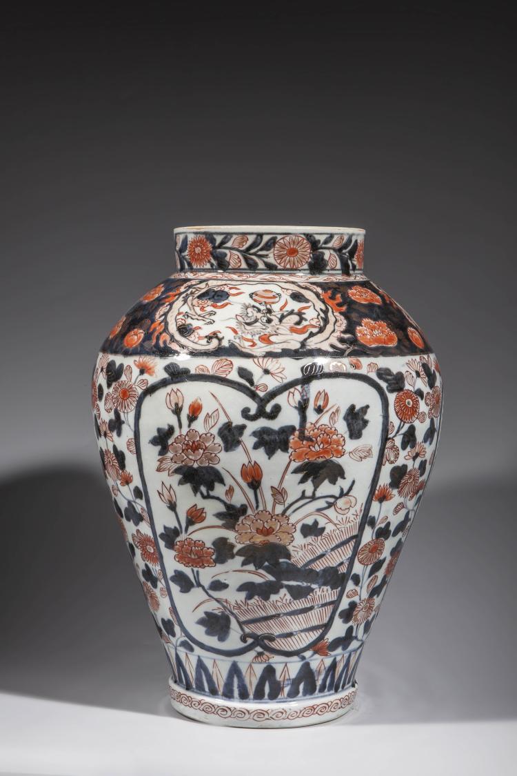Vase en porcelaine imari d cor de branchages en r serve su for Decoration sur porcelaine