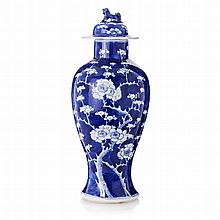 Vase with a lid in Chinese porcelain